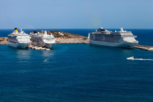 Tres cruceros en es Botafoc, en Ibiza.