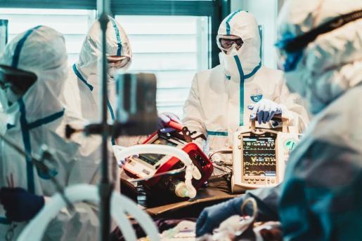 Profesionales sanitarios realizan su trabajo para salvar a los enfermos de coronavirus.