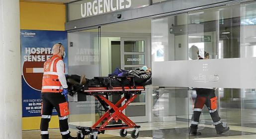 Los servicios sanitarios entran a un paciente en Urgencias de Son Espases.