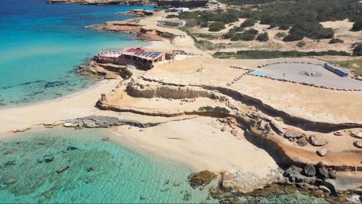 Una imagen de Platges de Comte tomada por un dron de Televisió d'Eivissa i Formentera.