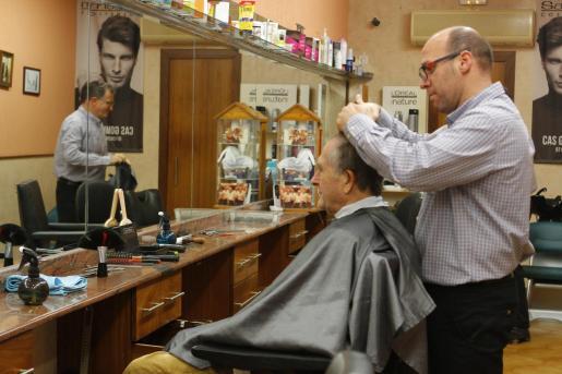 Un peluquero, trabajando.
