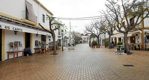 Imagen de la plaza de Santa Gertrudis sin terrazas durante este confinamiento.