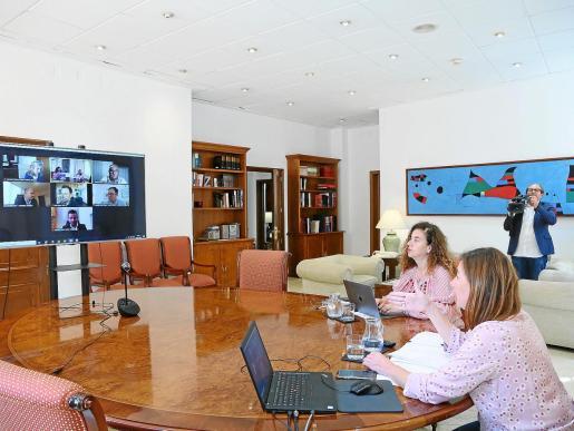 Vicente Marí, presidente del Consell, tuvo una reunión telemática ayer con Francina Armengol, presidenta del Govern, y los alcaldes de los cinco ayuntamiento de la isla para hablar sobre la situación actual y la posibilidad de entrar en fase 1.