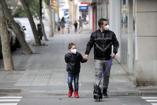 Un padre con su hijo por el centro de Ibiza.