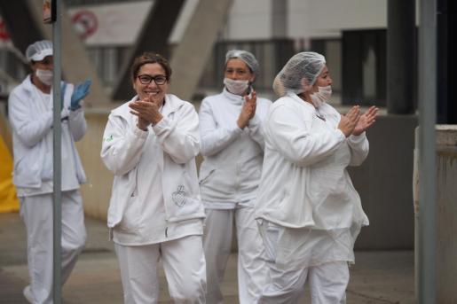 Un grupo de sanitarias aplauden en Urgencias de Can Misses.