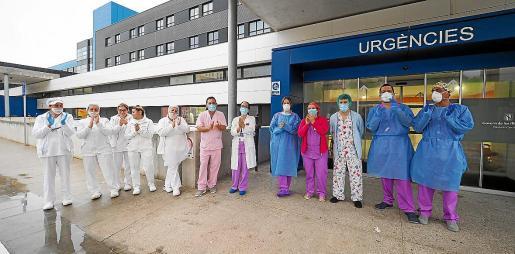 Personal sanitario del hospital Can Misses, durante la concentración del jueves.