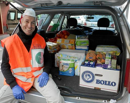 El responsable de la iniciativa 'Carrito Solidario', Marco Martín, durante uno de los repartos de alimentos hecho días atrás.