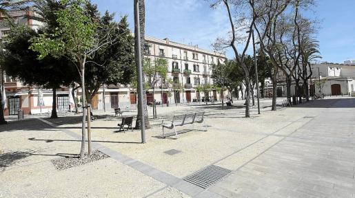 La Plaza del Parque, tradicional lugar conocido por su ambiente en bares y restaurantes, ayer, completamente vacía.