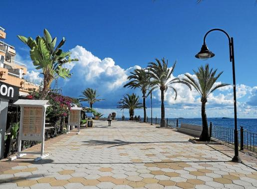 El hombre intentó huir en bicicleta por el paseo de Ses Figueretes de Ibiza