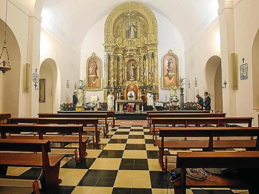 Momento de la misa de ayer en la iglesia de Puig de Missa vacía.