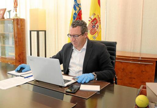 Toni Pérez, en su puesto de trabajo durante la entrevista realizada por videoconferencia.