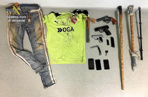 La Guardia Civil intervino a los detenidos un revólver, dos pistolas simuladas y varias armas blancas.