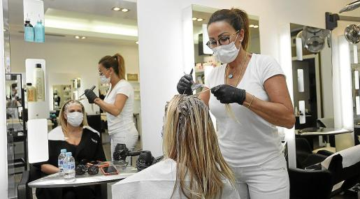 Laura Furné, responsable de Llongueras, tiene lista de espera en su peluquería del centro de Ibiza.