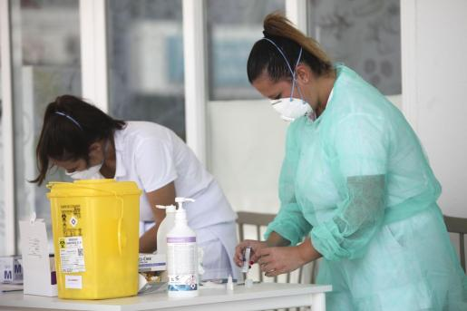 Dos enfermeras realizan test rápidos en el puerto de Ibiza.