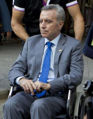 El torero José Ortega Cano abandona los juzgados de Sevilla en una silla de ruedas tras declarar como imputado por el accidente de tráfico en el que murió el ocupante de un vehículo con el que chocó su todoterreno en Castilblanco de los Arroyos (Sevilla).