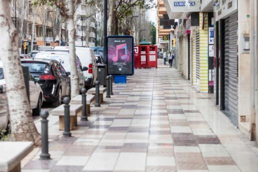 Comercios cerrados en la avenida de Isidor Macabich, en Ibiza.