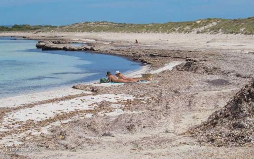Los paseos con niños y los baños de sol empiezan a notarse en la costa de Formentera y las terrazas abiertas son cada vez más lugares como La Mola, Sant Francesc o la Savina.