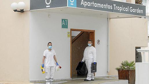 Dos de los profesionales del hotel medicalizado.