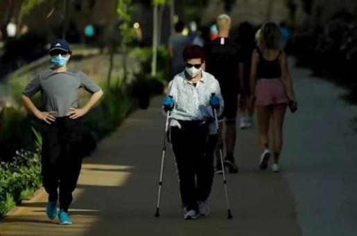 Varios adultos pasean y hacen ejercicio con mascarillas junto al río Segura, en Murcia (España), a 2 de mayo de 2020. - Edu Botella - Europa Press