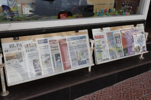 Varios periódicos, en un quiosco.
