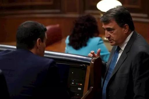 El portavoz del PNV, Aitor Esteban, conversa con el presidente del Gobierno, Pedro Sánchez (i), en el pleno del Congreso que autorizó otra prórroga del estado de alarma solicitada por el Gobierno. En Madrid, (España), a 6 de mayo de 2020. - Pool