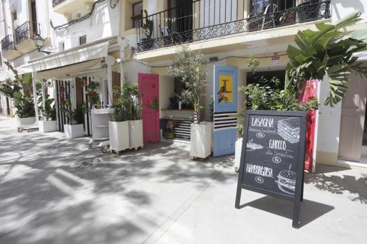 Locales preparándose para la reapertura en la ciudad de Ibiza.