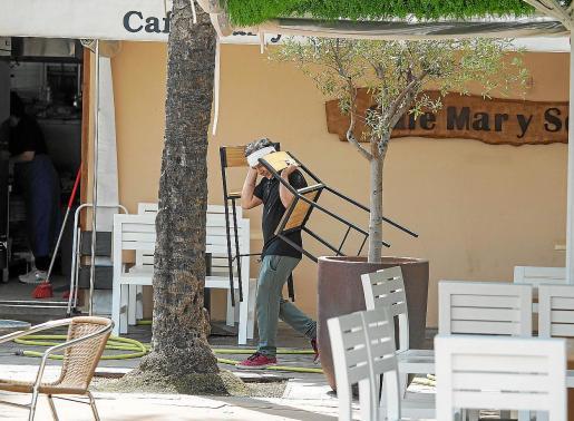 Imagen de uno de los trabajadores de una cafetería de Ibiza, preparando el sábado todo lo necesario para abrir hoy.