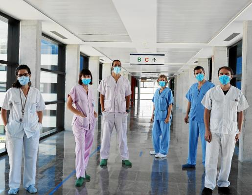 Los seis supervisores en uno de los pasillos del Hospital Can Misses.