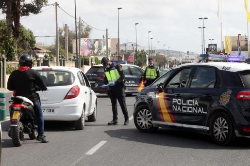 Imagen de un control de la Policía Nacional durante el estado de alarma en Ibiza.