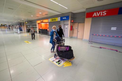 Un grupo de viajeros en el aeropuerto de Ibiza durante el estado de alarma.
