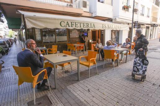 Una imagen de una cafetería de Vila el primer día de la fase 1.