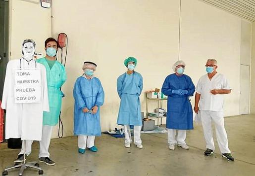 En los centros de salud, como en el de Vila, han empezado a recoger muestras de pacientes con síntomas leves para hacer la prueba de diagnóstico PCR.