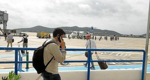Los pasajeros hacen cola para subir al vuelo del pasado viernes entre Ibiza y Palma.
