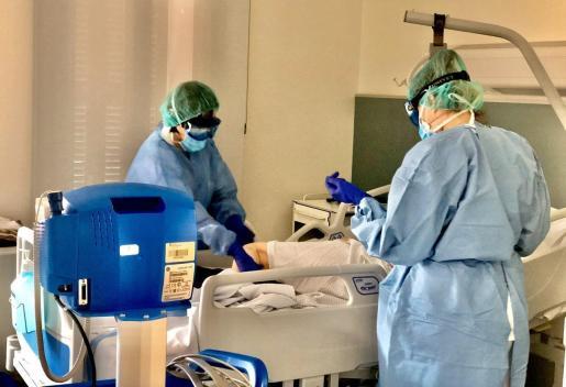 Los trabajadores sanitarios van protegidos para evitar contagiarse del coronavirus.