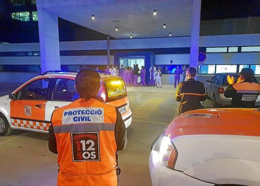 Miembros de Protección Civil de Ibiza aplauden al personal sanitario de Can Misses.