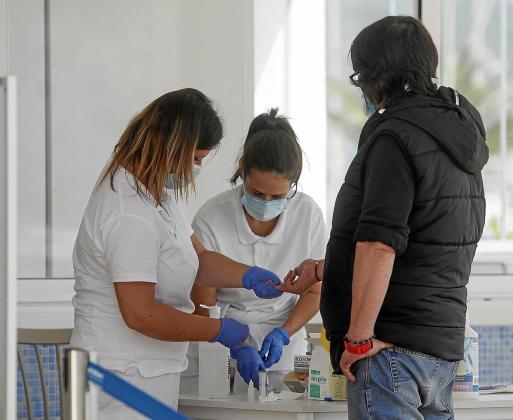 Un hombre se somete a uno de los test rápidos que se hicieron en las barcas de Formentera.