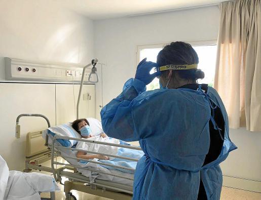 Imagen de una de las primeras visitas realizadas a una paciente con Covid-19 ingresada en Ca Na Majora.