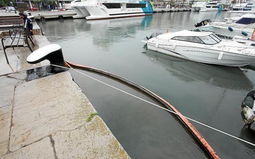 La APB activó el plan interior marítimo y desplegó las barreras de contención.