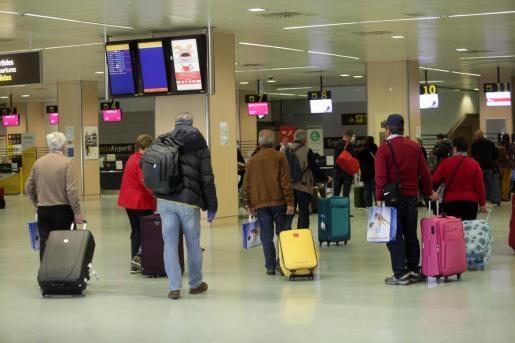 Viajeros del Imserso en el aeropuerto de Ibiza.
