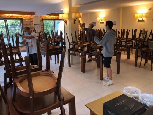 Un restaurante de Formentera, preparando el interior de su local, ayer, para abrirlo a partir del lunes.