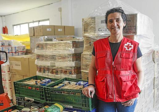 La coordinadora de la Cruz Roja en Ibiza, Mary Castaño, en el almacén de su sede.