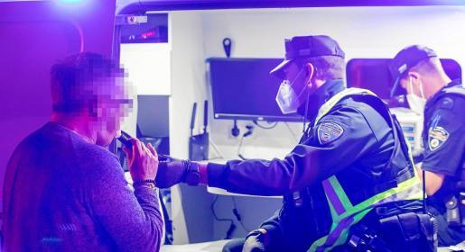 Uno de los conductores interceptados durante la prueba de confirmación del test de alcoholemia en la Unidad de Atestados de la Policía Local de Sant Josep.