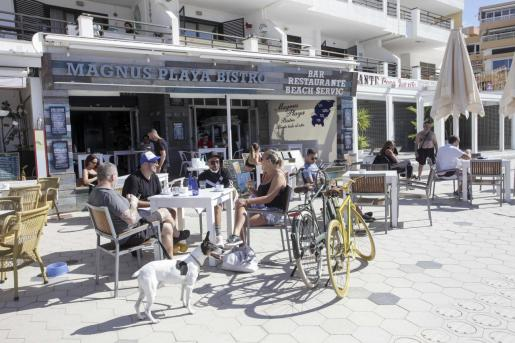Un restaurante con terraza en el paseo de ses Figueretes, en Ibiza.