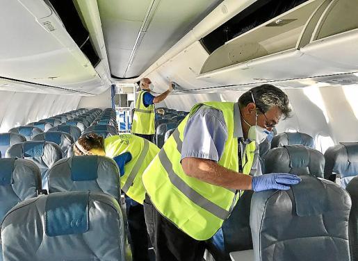 Una primera limpieza intensiva con desinfectante da lugar luego a un tratamiento concreto sobre las superficies tocadas por los pasajeros. Desde la cabina de viajeros hasta los lugares a los que tienen acceso los tripulantes, todo es desinfectado de arriba a abajo.