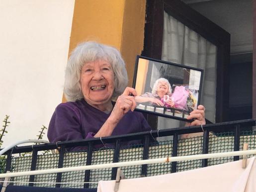 Pilar posa con su fotografía.