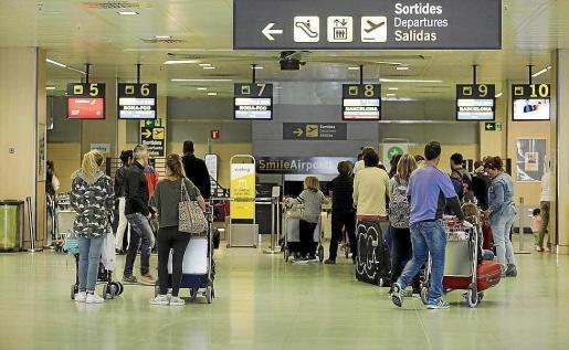 Viajeros en la terminal del aeropuerto de Ibiza.