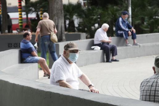 Varias personas, en el Parque de la Paz de Ibiza durante la fase 1 del estado de alarma.