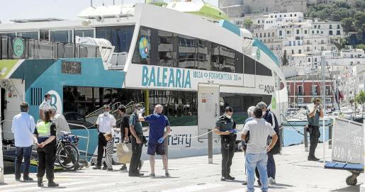 Dos agentes de la Guardia Civil controlaban ayer el acceso al barco con destino a Formentera y comprobaban la documentación.