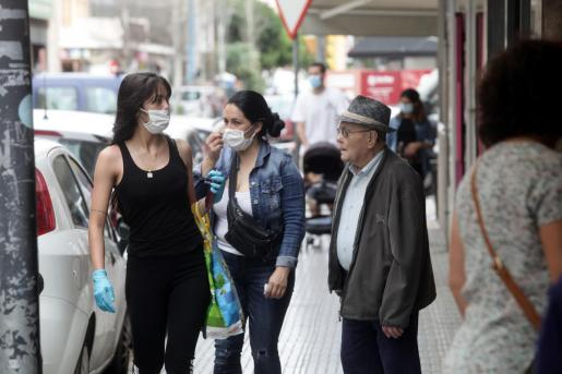 Un grupo de personas por una calle de la ciudad de Ibiza.