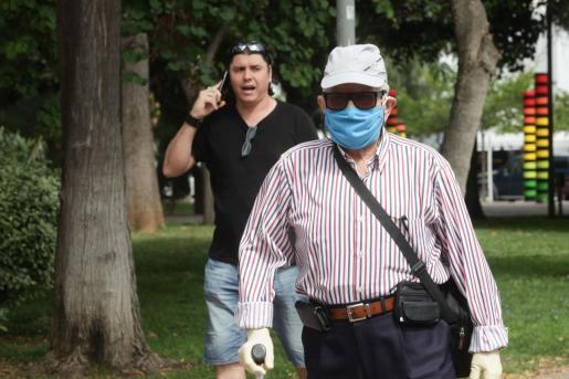Dos personas caminan por la ciudad de Ibiza durante el estado de alarma.